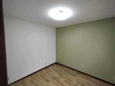 洋室(5.0帖):アクセントクロスが素敵なお部屋です。