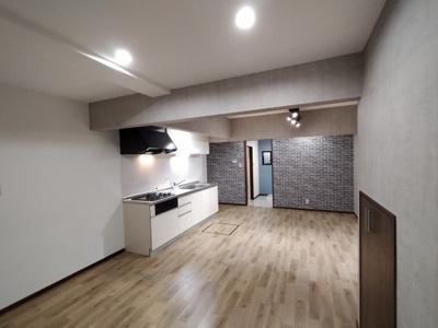 リノベーションでオシャレな内装のLDK。 白いキッチンは圧迫感がなくお部屋が広く見えますね♪