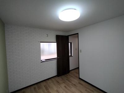 2階洋室(約5.0帖):西向きの採光が入るお部屋です。