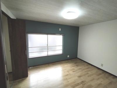 洋室(約6.0帖):東向きの採光と通風が入るお部屋です。 デザインクロスが素敵なお部屋ですね♪