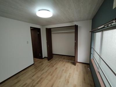 2階洋室(6.0帖):東向きの採光が入る明るいお部屋です。