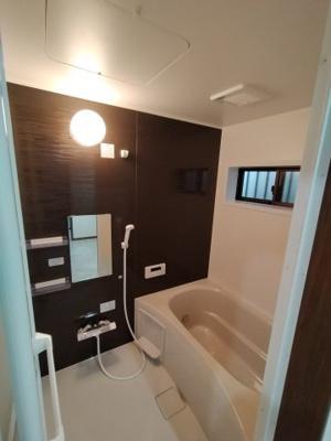浴室はリフォーム済で大変綺麗です。 窓もあり採光と通風も取り込め快適ですね♪