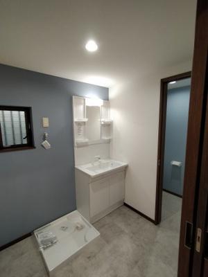 ゆとりの洗面スペースには新調し立ての洗面化粧台がございます。 サイドポケットがあり、使いたいモノがすぐに取り出せ便利ですね♪