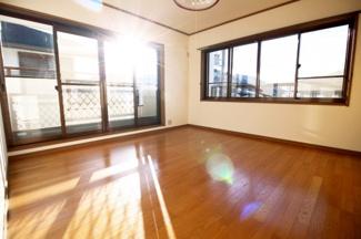 《洋室8帖》南側にバルコニーのある2面採光の明るいお部屋です。窓の枚数が多く陽当りは良好です。