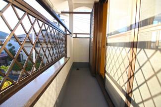 南側バルコニーは洗濯物がよく乾きます(^^)/屋根付きなので多少の雨でも安心です。