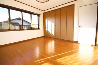 《洋室8帖》大容量のクローゼットですので、ご夫婦の寝室にぴったりです。