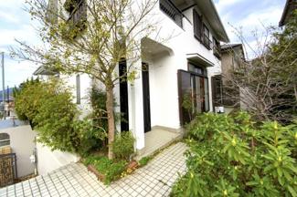 シャッター付きのガレージがあり、大切なお車を守ります。前道は6mあり車の出し入れもラクラクです。