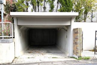 天井収納庫がありシーズンオフの衣類や、普段使わないけど大切に残しておきたい品物を保管できます。