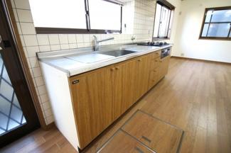 システムキッチンはガラストップコンロを交換していますので、気持ちよくお使い頂けます。お掃除もラクラクで助かります。