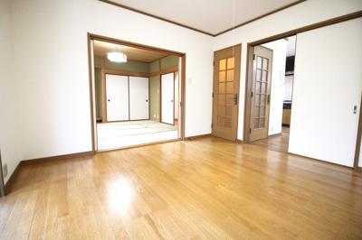 《洋室8帖》LDKの続きにある洋室は、南側に面しており陽当り良好です!リビングとしてお使い頂くとゆったり快適♪