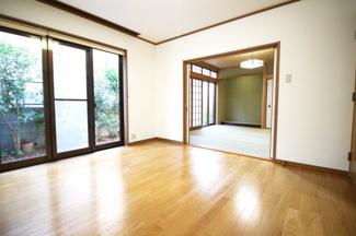 《洋室8帖》南側には掃き出し窓があり、外はお庭が見えます。
