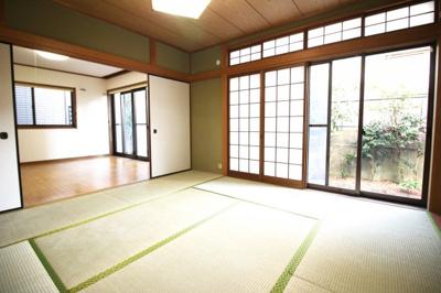 《和室8帖》洋室8帖の続きにも和室があります。和室の南側も掃き出し窓があり、外にはお庭が見えます。