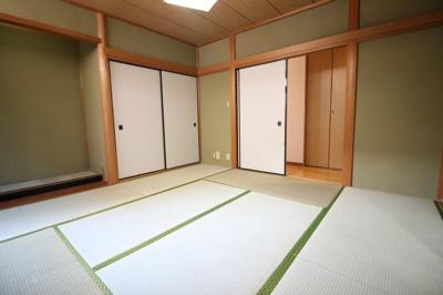 《和室8帖》和室には押し入れがしっかり完備されており、床の間もあります。和室はすぐ床に寝転べるのでお子様のお昼寝やおむつ替えなどに助かります。