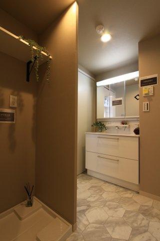 シャワータイプの洗面台は洗髪はもちろん、ちょっとしたお洋服の汚れやお子様の上履きなど簡単に洗って頂けるので便利◎またお掃除も楽々な上、収納力もあります。ランドリースペース上部にも嬉しい収納棚完備♪