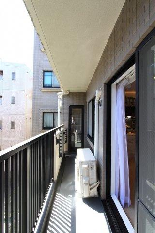 バルコニー面積5.80平米◎ 5階建て3階に位置するお住まいなので、陽当りに加え風通しも良く、たっぷりの洗濯物も良く乾きますよ。プランターを置いて植物や家庭菜園も楽しめそうですね♪網戸新規張替済です。