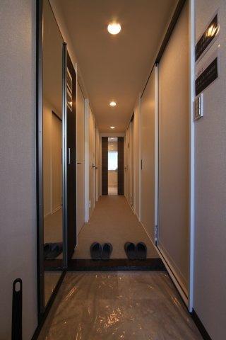 履物がすっきり片付く玄関収納は、大きなミラー付き◎ お出かけ前の身だしなみチェックが出来るのが嬉しいですね。またリビングまで空間がドアで仕切られており、来客時もプライベートが丸見えにならずに済み安心!