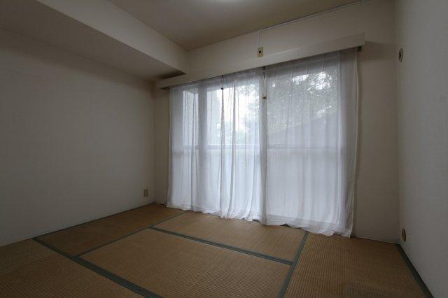 フローリング床だけでなく、柔らかな畳の和室もあると心と身体が和みますね◎ お布団派・ベッド派にも対応できる物件でございます。 エアコン1台あります。