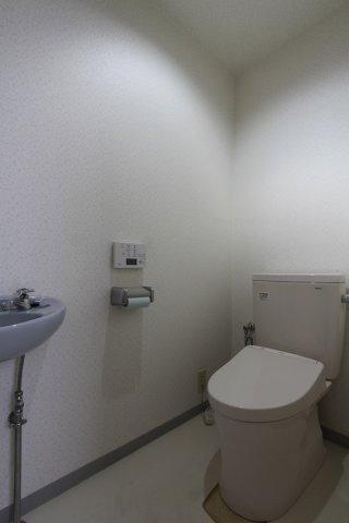 温水洗浄暖房便座付で毎日快適にお使い頂けるトイレでございます。トイレ内に手洗い設備があるのも嬉しいポイント◎ 衛生面でも安心です。