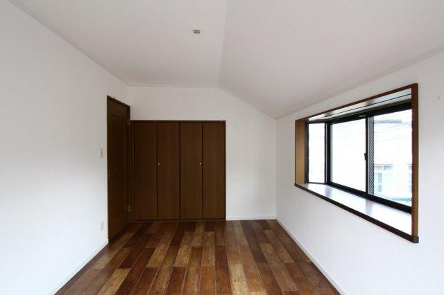 2階には全室南向きで明るいフローリング光る洋室が3部屋ございます。 全室に収納を完備◎4.5帖のお部屋には小屋裏収納も完備されております。 収納が充実していれば、お部屋が片付き空間を有効活用できます。