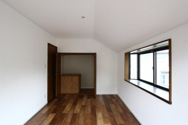 2階もともとあった和室は建具も交換され、インテリアプランも立てやすい洋室へ間取り変更されております。床リフォーム・全室クロス交換済◎内装フルリノベーションで気持ちよく新生活をお迎え頂けます。