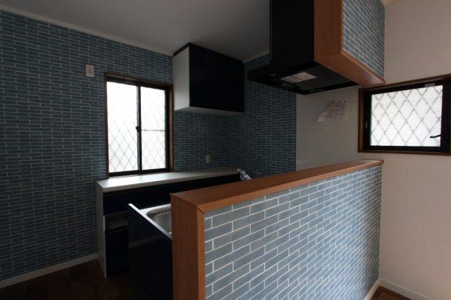 ブルーのアクセントクロスがオシャレなキッチン◎2ヵ所窓設置で、こもりがちな匂いの換気もスムーズに行えます。作業台としても活躍する収納力あるカップボードも標準設置で、調理する日が楽しみになりますね。