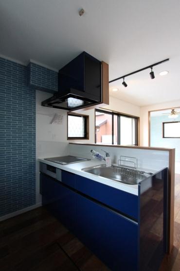 奥様も気になるキッチンは火を使わない調理で安全性高く、火力の調整がしやすい「IH搭載のシステムキッチン」へ新規交換済◎ カウンター付きで配膳もスムーズな上、凹凸のないフラット仕様でお掃除も楽々です。