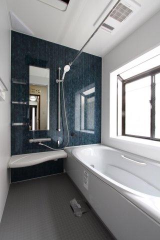 """一坪以上の広々とした浴室には、万が一の転倒防止や小さなお子様とのご入浴も安心な""""手すり付きのバスタブ""""を設置しております◎落ち着いた色調の浴室なので、リラックスタイムがより充実した時間になりそうです。"""