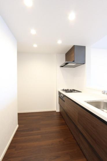 新設されたシステムキッチンは、収納力も高くお料理の幅も広がりそう。ウッド調でまとめられたLDKは家族が集う空間に安らぎを与えてくれますよ。