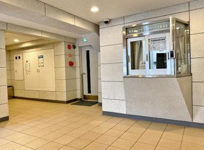 東亜パークサイドキャッスルのエントランスホールです。管理人室、防犯カメラがございます。