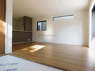 【居間・リビング】新座市栄5丁目・全9棟 新築一戸建 1号棟 ~南西角地~
