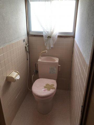 トイレには窓があり明るいですよ♪