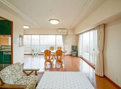 広いリビングでは自由な家具配置が楽しめます。
