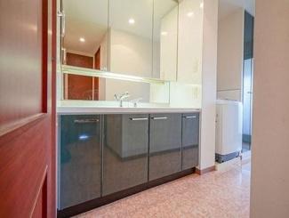 洗面台は横幅が大きく、鏡裏には収納スペースがございます。