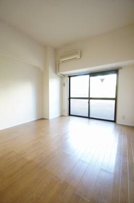 「落ち着いた色の床材を使用したお部屋です」