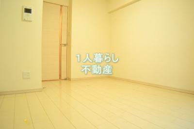 お部屋は白を基調として綺麗です。
