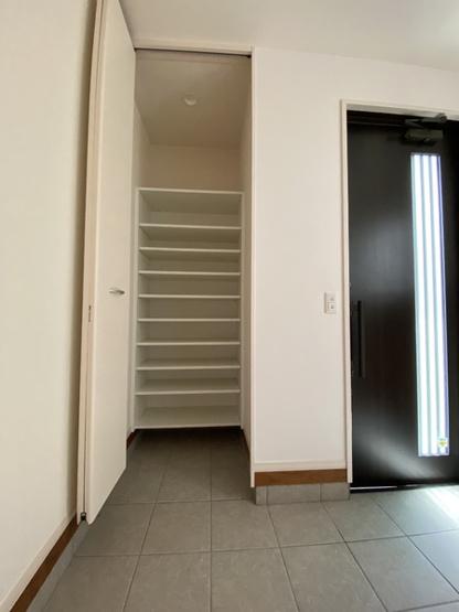 玄関クローゼットです。工夫次第でとっても便利に使えますね。