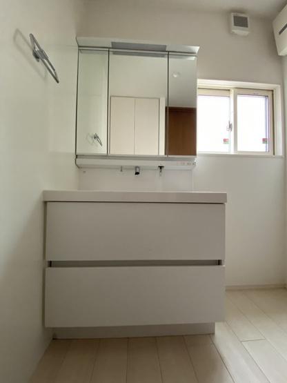 三面鏡付洗面化粧台。鏡の裏にも収納があります。