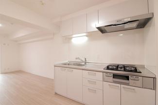 新調された3口コンロのキッチンは使い勝手も良さそうでお料理も楽しくできそうですね。