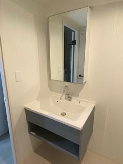 シンプルな設計でお手入れもしやすい洗面化粧台です。 鏡の裏側も様々な物が収納が可能。