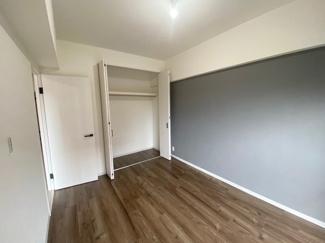 約6帖の洋室です。 バルコニーに出る事もできます。