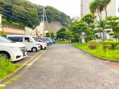 平置駐車場スペース。機械式駐車場と違い、車の出し入れに時間がかからないのが良いですね♪ ■2021年9月撮影