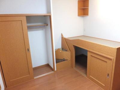 大容量の収納スペース(ベッド下、階段下、クローゼット)