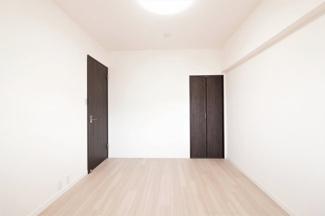 玄関横の洋室6.1帖です♪収納スペースも設けられており、室内を有効に使用していただけます(^^)