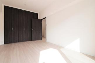 洋室6帖です♪バルコニーに面した明るく開放的な室内です!