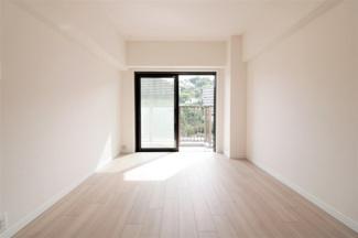洋室6帖ですバルコニーに面した明るく開放的な室内です!バルコニーから取り込んだお洗濯物も直ぐにクローゼットに収納できる居室ですね(^^)