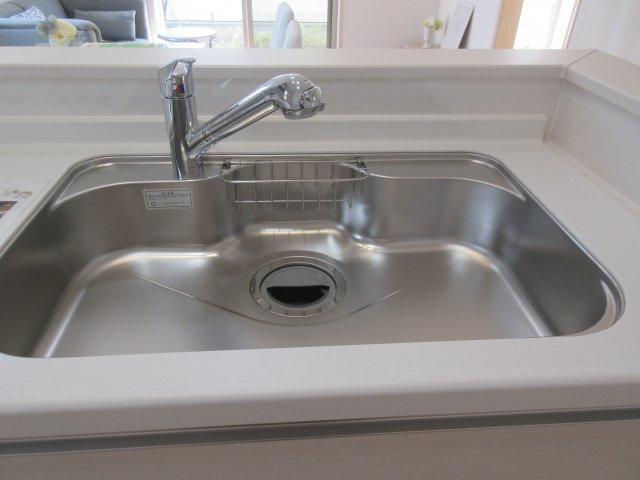 浄水器一体型蛇口。ホースが伸びてお掃除楽々。