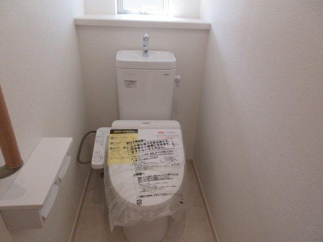 1階トイレには快適な温水洗浄便座付