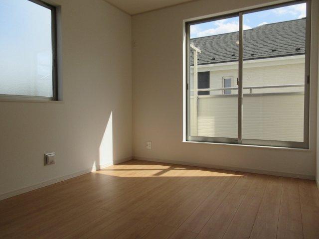 洋室(2)6.7帖の二面採光で明るい開放感のあるお部屋です。独立性の高いお部屋ですので、プライベート空間をしっかり分けることができますね。