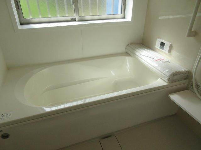 バスルームでは、ゆったりと1日の疲れを癒してください。浴室窓があります。