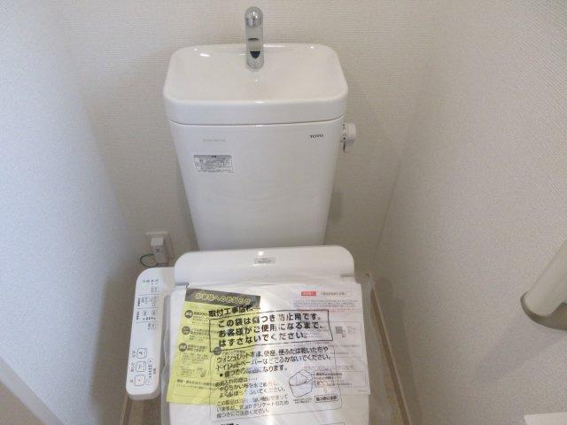 1階トイレー温水洗浄付きのトイレです。もちろん窓もあり換気もしっかりできます。